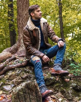 Cómo combinar: botas casual de cuero marrónes, vaqueros desgastados azules, jersey de cuello alto de lana azul marino, chaqueta de piel de oveja marrón