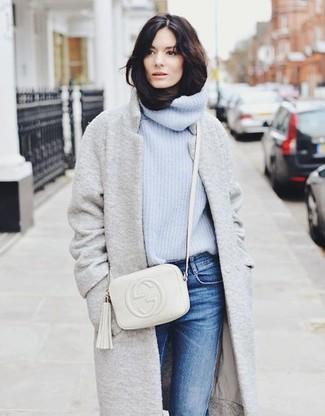 Cómo combinar: bolso bandolera de cuero blanco, vaqueros azules, jersey de cuello alto de punto celeste, abrigo gris