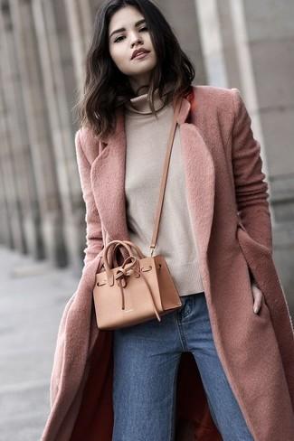 Cómo combinar: bolso bandolera de cuero marrón claro, vaqueros azules, jersey de cuello alto en beige, abrigo rosado