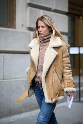 Cómo combinar: correa de cuero marrón, vaqueros desgastados azules, jersey de cuello alto marrón claro, chaqueta de piel de oveja marrón claro