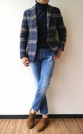 Cómo combinar: zapatos derby de ante marrónes, vaqueros azules, jersey de cuello alto negro, blazer de lana de tartán azul marino