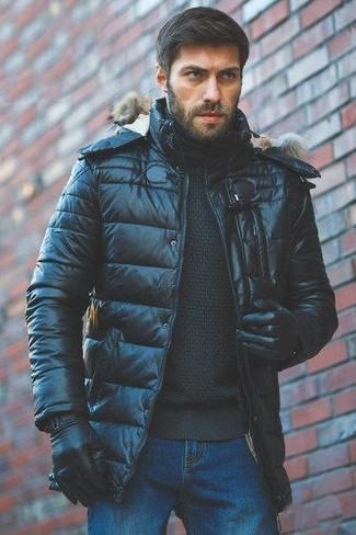 Cómo combinar: guantes de cuero negros, vaqueros azules, jersey de cuello alto negro, plumífero negro