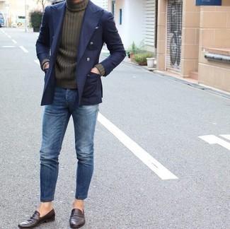 Cómo combinar: mocasín de cuero en marrón oscuro, vaqueros azules, jersey de cuello alto verde oliva, blazer cruzado azul marino