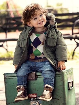 Cómo combinar: zapatillas marrónes, vaqueros azules, jersey en multicolor, parka verde oliva