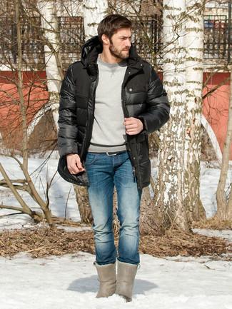 Cómo combinar: botas ugg grises, vaqueros azules, sudadera gris, abrigo de plumón negro