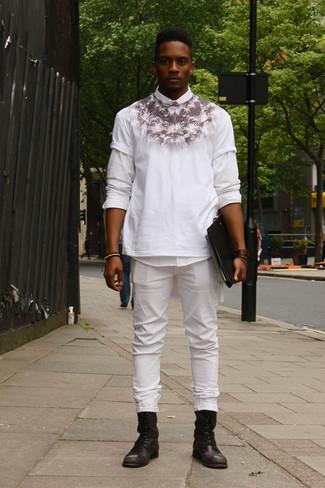 Cómo combinar: botas casual de cuero negras, vaqueros blancos, camiseta con cuello circular estampada en blanco y negro, camisa de manga larga blanca