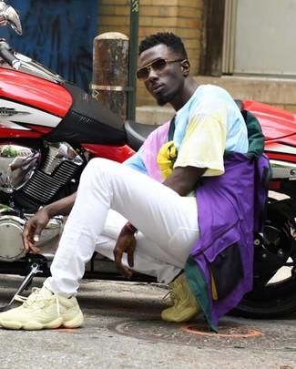 Cómo combinar: deportivas en beige, vaqueros blancos, camiseta con cuello circular efecto teñido anudado en multicolor, chubasquero en multicolor