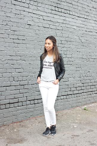 Cómo combinar: deportivas negras, vaqueros blancos, camiseta con cuello circular estampada gris, cazadora de aviador de cuero negra