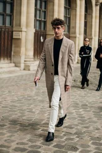 Combinar unos vaqueros blancos: Opta por un abrigo largo de tartán en beige y unos vaqueros blancos para crear un estilo informal elegante. Con el calzado, sé más clásico y usa un par de botines chelsea de cuero negros.