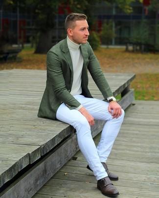 Cómo combinar: zapatos con doble hebilla de cuero en marrón oscuro, vaqueros blancos, jersey de cuello alto en beige, blazer verde oscuro