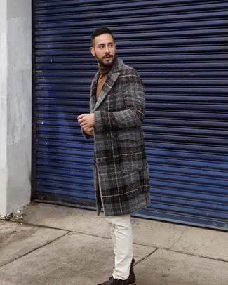 Cómo combinar: botas casual de cuero en marrón oscuro, vaqueros blancos, jersey de cuello alto marrón, abrigo largo de tartán en gris oscuro