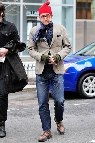 Outfits hombres en otoño 2020 estilo casual elegante: Para crear una apariencia para un almuerzo con amigos en el fin de semana usa un chaleco de abrigo acolchado azul marino y unos vaqueros azul marino. Activa tu modo fiera sartorial y haz de botas casual de cuero marrónes tu calzado. Es un atuendo excelente para el otoño.