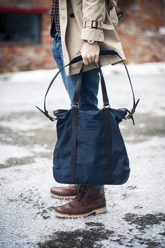 Cómo combinar: botas brogue de cuero en marrón oscuro, vaqueros azules, blazer de lana de cuadro vichy gris, gabardina en beige