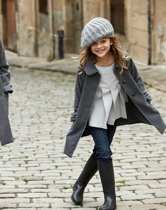 Cómo combinar: botas de lluvia negras, vaqueros azul marino, blusa de manga larga gris, abrigo en gris oscuro