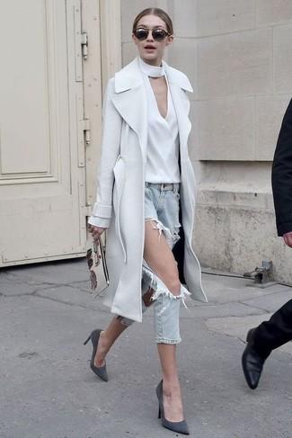 Cómo combinar: zapatos de tacón de ante en gris oscuro, vaqueros desgastados celestes, blusa de manga larga blanca, abrigo blanco