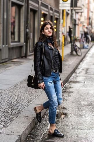 Combinar una correa de cuero con adornos negra: Equípate una chaqueta motera de cuero negra junto a una correa de cuero con adornos negra para un look agradable de fin de semana. ¿Te sientes valiente? Complementa tu atuendo con mocasín de cuero negros.