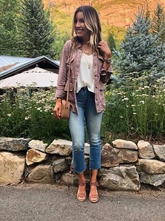 Cómo combinar: sandalias de tacón de ante marrónes, vaqueros azules, blusa sin mangas de gasa blanca, chaqueta vaquera rosada