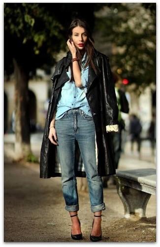 Cómo combinar: zapatos de tacón de cuero negros, vaqueros boyfriend azules, camisa vaquera celeste, gabardina de cuero negra