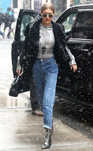 Cómo combinar: botines con cordones de cuero plateados, vaqueros boyfriend azules, jersey con cuello circular plateado, abrigo negro