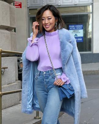 Cómo combinar: bolso bandolera vaquero azul, vaqueros boyfriend celestes, blusa de manga larga violeta claro, abrigo de piel celeste