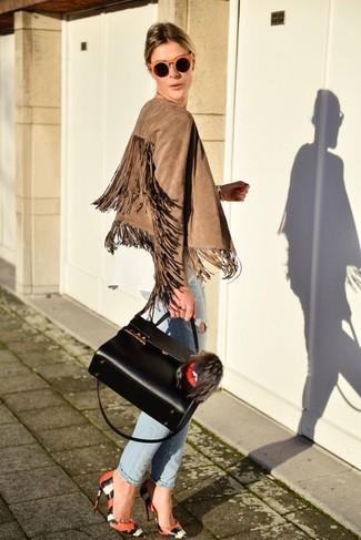 Cómo combinar: zapatos de tacón de cuero con print de serpiente naranjas, vaqueros boyfriend desgastados celestes, blusa de manga larga blanca, chaqueta motera de ante сon flecos marrón claro