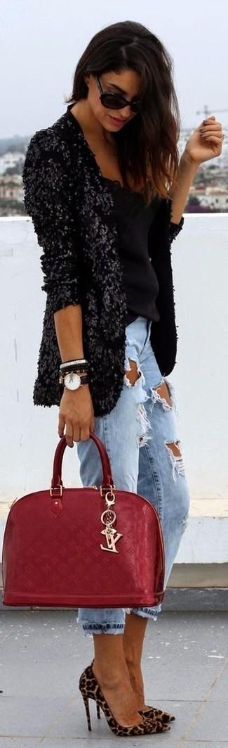 Cómo combinar: zapatos de tacón de ante de leopardo marrón claro, vaqueros boyfriend desgastados celestes, blusa sin mangas negra, blazer de lentejuelas negro