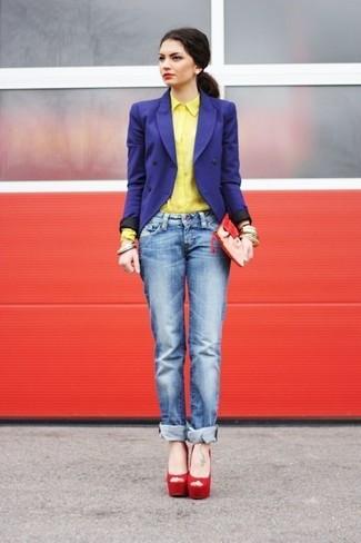 Cómo combinar: sandalias de tacón de ante rojas, vaqueros boyfriend azules, camisa de vestir amarilla, blazer cruzado azul