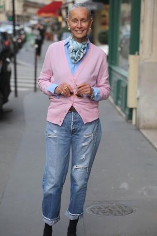 Outfits mujeres: Considera emparejar un cárdigan rosado con unos vaqueros boyfriend desgastados celestes para un look agradable de fin de semana. Botines de elástico negros son una opción buena para complementar tu atuendo.