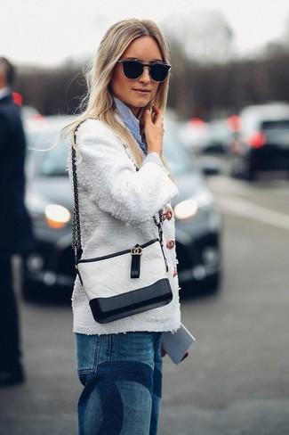 Cómo combinar: bolso bandolera de cuero en blanco y negro, vaqueros boyfriend azules, camisa de vestir de rayas verticales celeste, chaqueta de tweed blanca