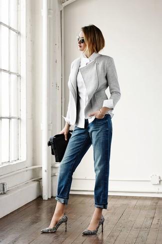 Cómo combinar: zapatos de tacón de cuero estampados en negro y blanco, vaqueros boyfriend azules, camisa de vestir blanca, chaqueta motera de lana gris