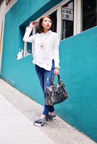 Cómo combinar: zapatillas slip-on grises, vaqueros boyfriend azules, camisa de vestir blanca, jersey de manga corta blanco