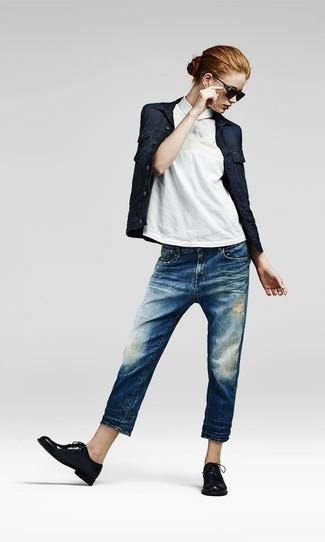 Cómo combinar: zapatos oxford de cuero negros, vaqueros boyfriend desgastados azules, camisa polo blanca, chaqueta vaquera azul marino