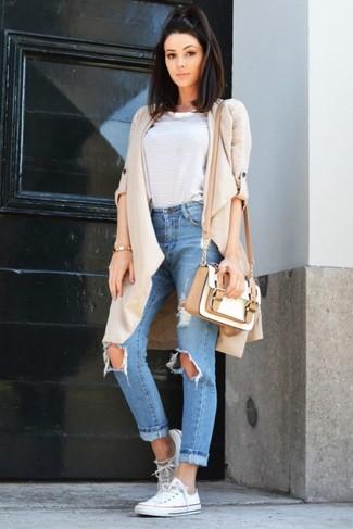 Combinar un bolso bandolera de cuero blanco: Emparejar un abrigo duster en beige con un bolso bandolera de cuero blanco es una opción atractiva para el fin de semana. Un par de tenis de lona blancos se integra perfectamente con diversos looks.