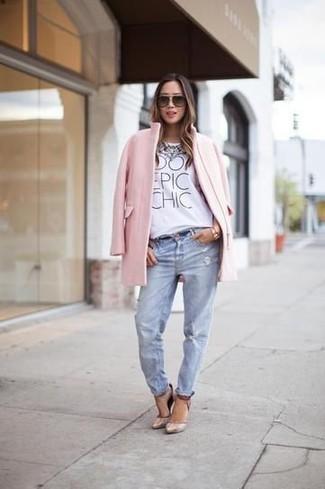 Cómo combinar: zapatos de tacón de cuero en beige, vaqueros boyfriend desgastados celestes, camiseta con cuello circular estampada blanca, abrigo rosado