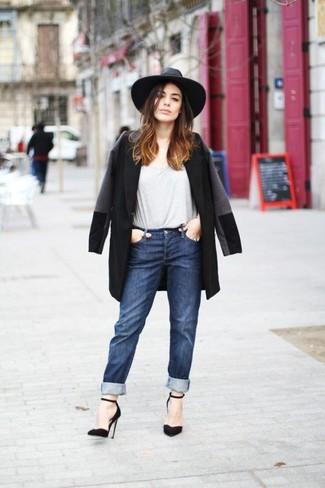 Cómo combinar: zapatos de tacón de ante negros, vaqueros boyfriend azul marino, camiseta con cuello circular gris, abrigo negro
