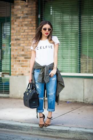 Cómo combinar: zapatos de tacón de ante de leopardo marrónes, vaqueros boyfriend desgastados azules, camiseta con cuello circular estampada en blanco y negro, anorak verde oscuro