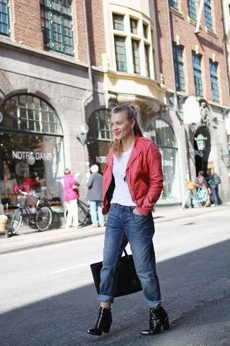 Una camiseta con cuello circular de vestir con una chaqueta motera roja: Una chaqueta motera roja y una camiseta con cuello circular son una opción estupenda para el fin de semana. Complementa tu atuendo con botines de cuero negros.