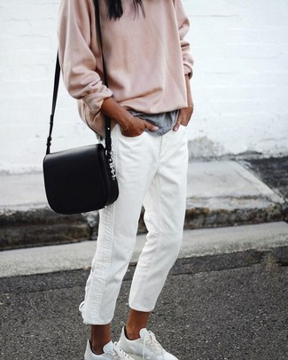 Cómo combinar: tenis blancos, vaqueros boyfriend blancos, camiseta con cuello circular gris, jersey oversized en beige