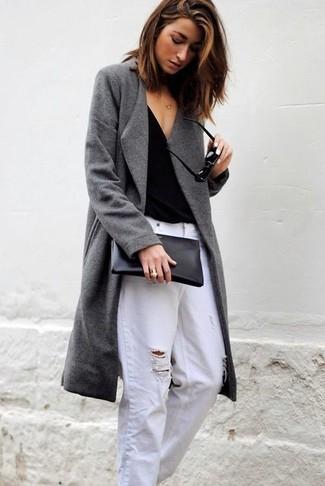 Cómo combinar: cartera sobre de cuero negra, vaqueros boyfriend desgastados blancos, camiseta con cuello en v negra, abrigo gris