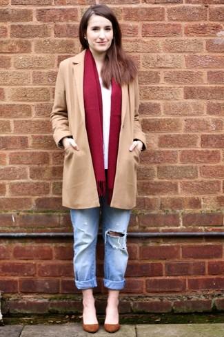 Cómo combinar: zapatos de tacón de ante marrónes, vaqueros boyfriend desgastados celestes, camiseta de manga larga blanca, abrigo marrón claro