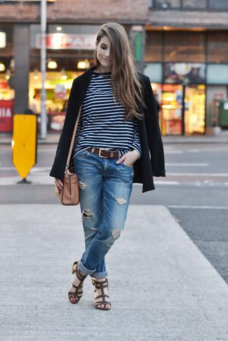 Cómo combinar: sandalias romanas de cuero en marrón oscuro, vaqueros boyfriend desgastados azules, camiseta de manga larga de rayas horizontales en azul marino y blanco, blazer negro