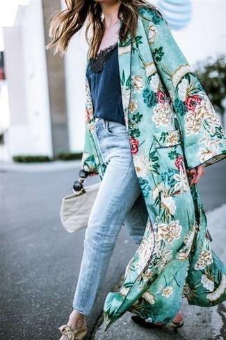 Cómo combinar: zapatos de tacón de cuero negros, vaqueros boyfriend celestes, camiseta sin manga de encaje azul marino, abrigo duster con print de flores verde