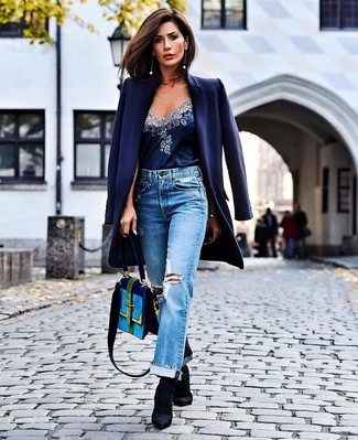Cómo combinar: botines de elástico negros, vaqueros boyfriend desgastados celestes, camiseta sin manga de seda azul marino, abrigo azul marino