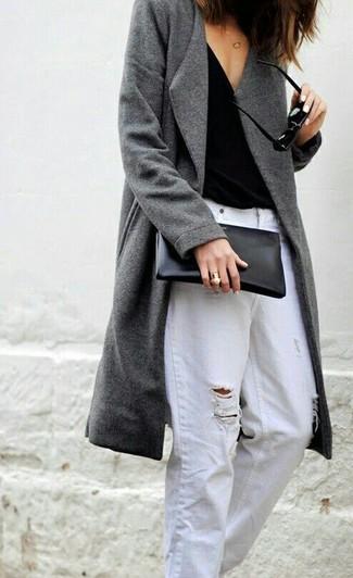 Cómo combinar: cartera sobre de cuero negra, vaqueros boyfriend desgastados blancos, camiseta sin manga negra, abrigo gris