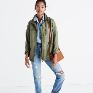 Cómo combinar: bolso bandolera de cuero marrón claro, vaqueros boyfriend desgastados celestes, camisa de vestir de cambray celeste, chaqueta militar verde oliva