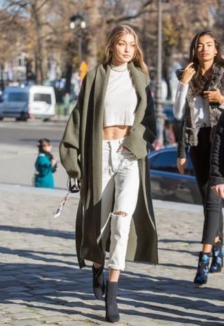 Cómo combinar: botines de ante en gris oscuro, vaqueros boyfriend desgastados celestes, jersey corto blanco, abrigo verde oliva