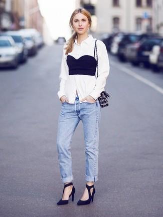 Cómo combinar: zapatos de tacón de ante negros, vaqueros boyfriend azules, corsé negro, camisa de vestir blanca