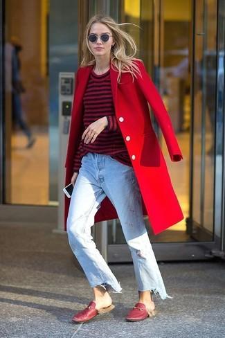 Cómo combinar: mocasín de cuero rojos, vaqueros boyfriend celestes, jersey con cuello circular de rayas horizontales en rojo y negro, abrigo rojo