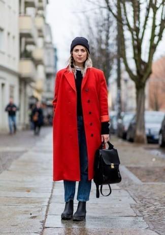 Cómo combinar: botines de cuero gruesos negros, vaqueros boyfriend azules, jersey con cuello circular negro, abrigo rojo