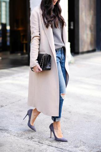 Cómo combinar: zapatos de tacón de ante en violeta, vaqueros boyfriend desgastados azules, jersey con cuello circular gris, abrigo en beige